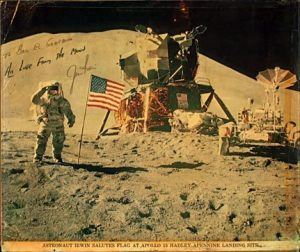 Gambar Neil Armstrong ketika menamcapkan bendera Amerika di bulan